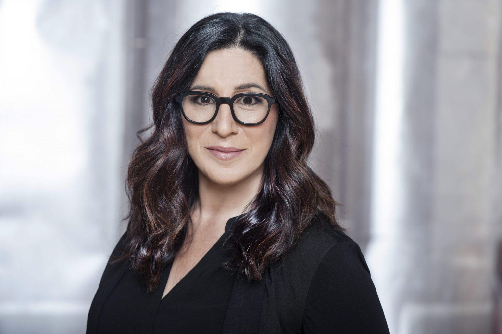 Leslie Ehm headshot glasses